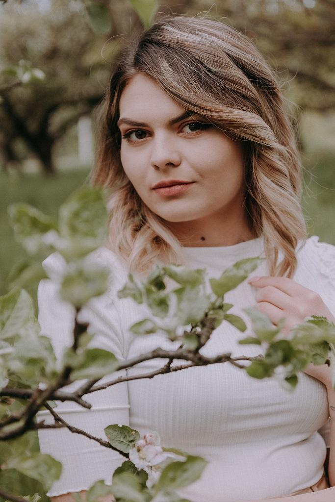 sesja narzeczenska jaworze bielowicko 10 - Natalia i Adrian - sesja w sadzie i rzepaku