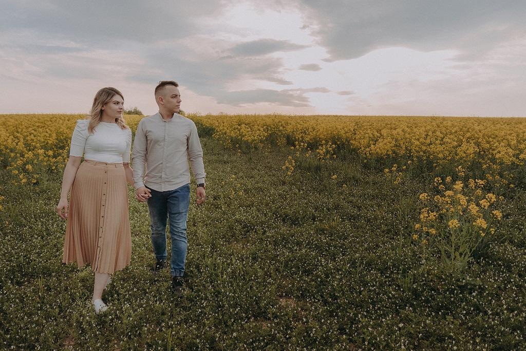 sesja narzeczenska jaworze bielowicko 16 - Natalia i Adrian - sesja w sadzie i rzepaku
