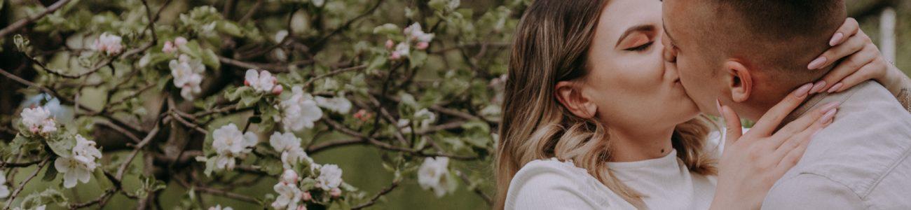 Natalia i Adrian – sesja w sadzie i rzepaku